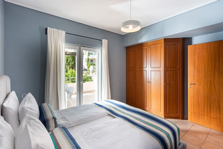 Ground floor bedroom with king size bed 180x200, en suite bathroom, and access to private terrace.