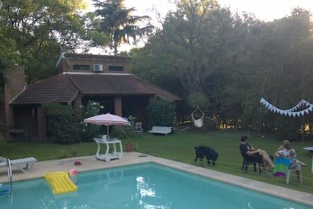 Encantadora casa con parque y piscina en Funes - Funes