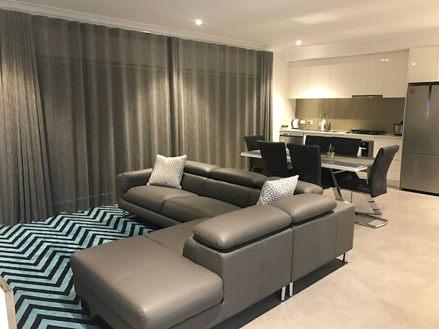 Brand New 3x2 Apart Near Westfield Shopping Centre
