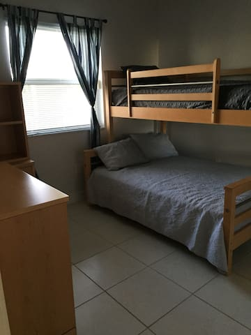 Spacious room in Doral Fl, near the airport - Doral - Departamento