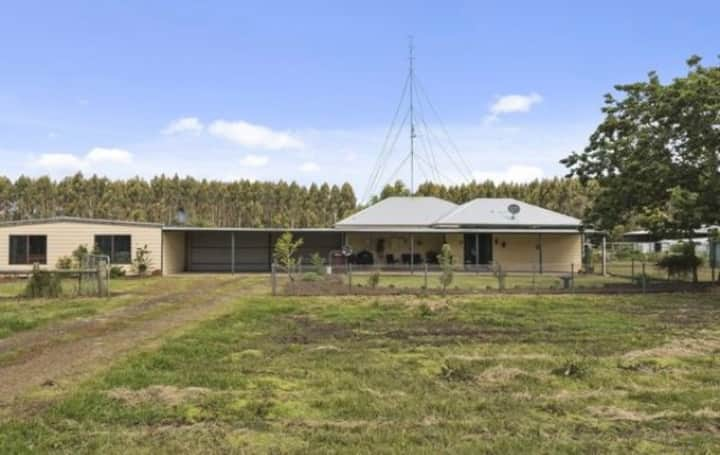 Secluded farm. Modern house. Chooks, cows & sheep.
