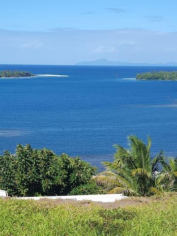 La Passe de Teavapiti et Huahine au fond, Vue du Faré .