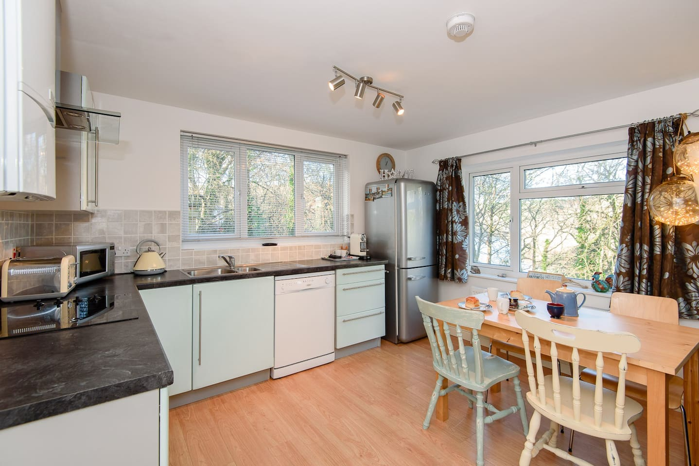 Modern, pet friendly apartment for four, close to Looe town centre - with parking!