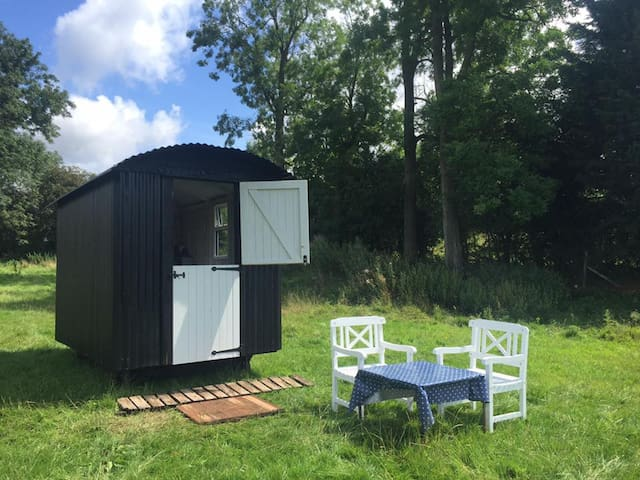 Cosy Retreat for 2 in Traditional Shepherds hut