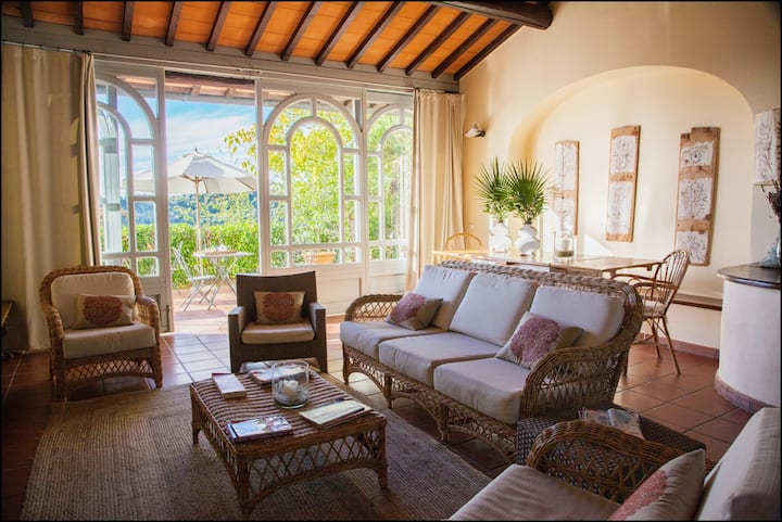 Panoramic apartment  3 rooms 2 bathr pool & garden
