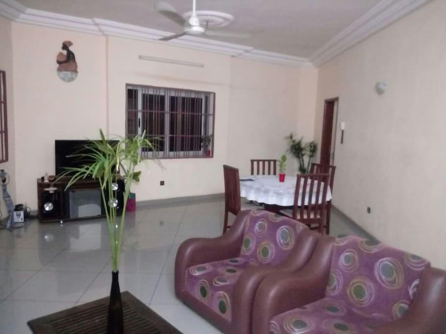 Séjour chez soi! - Condominiums à louer à Porto Novo, Ouémé Department, Bénin Airbnb Logement entier à Porto Novo (Bénin). C'est une maison située à 5mn du centre SONGHAI en plein centre de la ville de Porto Novo, à 3mn de la gare routière de Ouando. Cette maison a l'av...... Séjour chez soi! - Condominiums à louer à Porto Novo, Ouémé Department, Bénin
