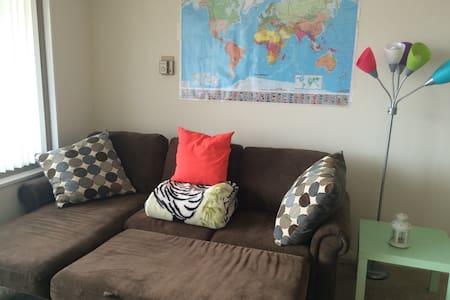 Clean Modern Apt comfortable Sofabed - Falls Church - Apartment