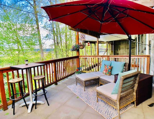 River View Deck ~ Historic DT ~ Claw Foot Tub
