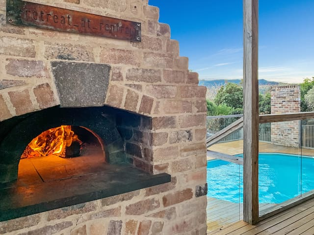 Retreat at Renfrew - with Wood-fired Pizza Oven.