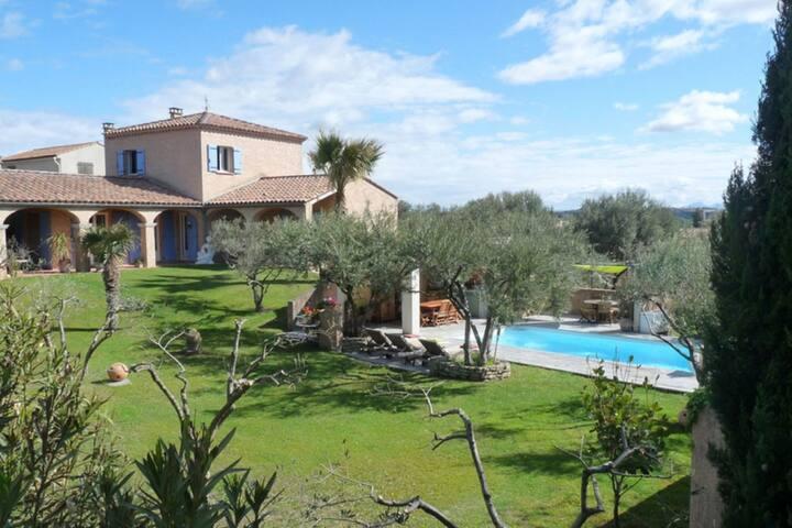 Chique vakantiehuis in Roquemaure, Frankrijk, met zwembad