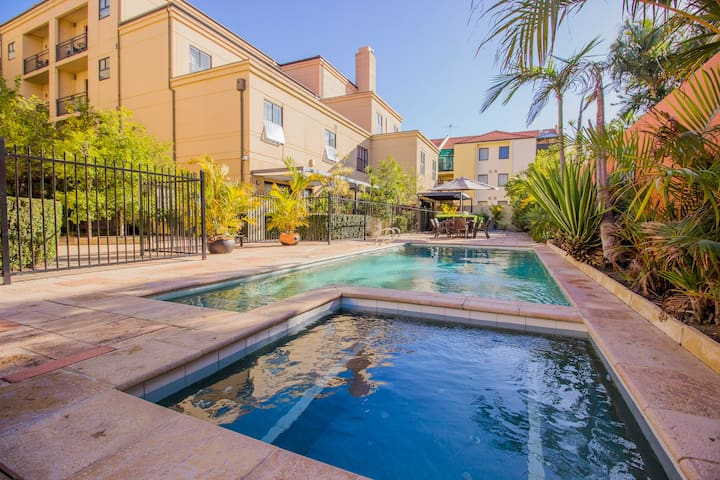 Central Perth Apartment, Free Parking with Pool!