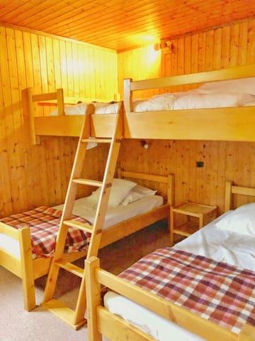 Chambre . 2 lits simples et 1 lit mezzanine