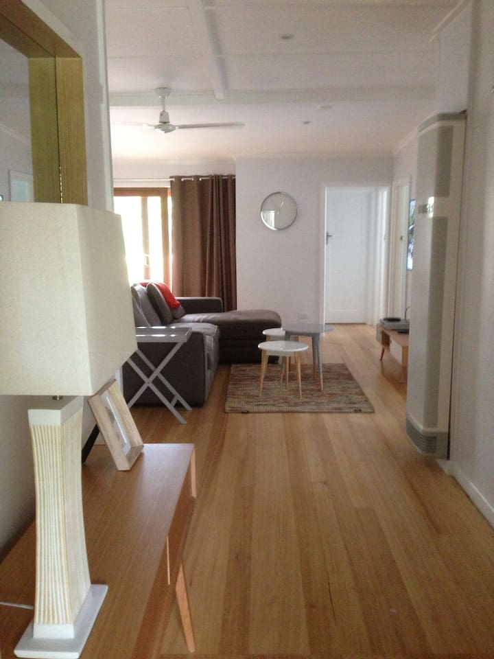 1950's Beach House walking distance to beaches, shops and parks.