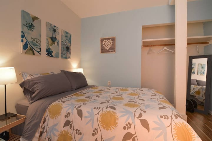 Cornflower Blue Bedroom 10 min walk to downtown