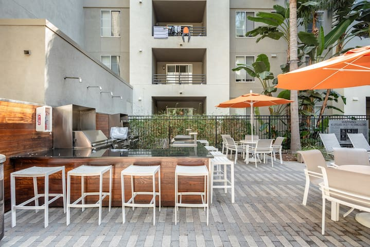 Furnished 2BR in Santa Monica, Pool + Parking
