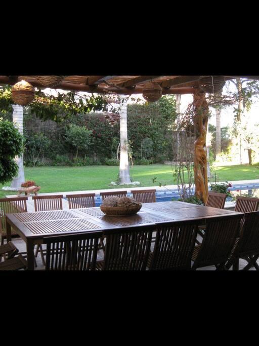 Comedor de madera de teka, para 14 personas. Área techada, ideal para estar a cualquier hora del día.