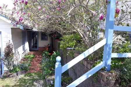 Magnolia Cottage-Relaxing Abode W Tranquil Gardens