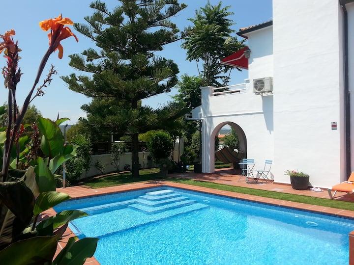 Villa climatizada con piscina y comodos exteriores