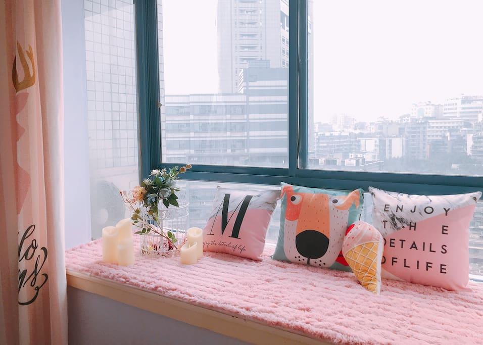 飘窗铺有超柔软舒适的飘窗垫。同色系抱枕,还有拍照神物画笼和蜡烛!