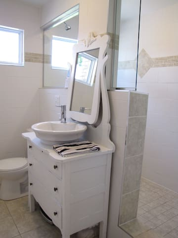 Shared main bathroom with full shower