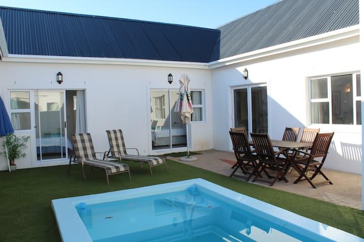 2220 Spacious 3 bed house with pool & near beach