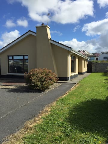 Lovely home in village near beach - Lahinch - Hus