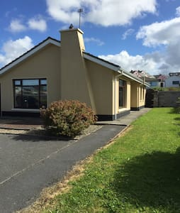 Lovely home in village near beach - Lahinch - House