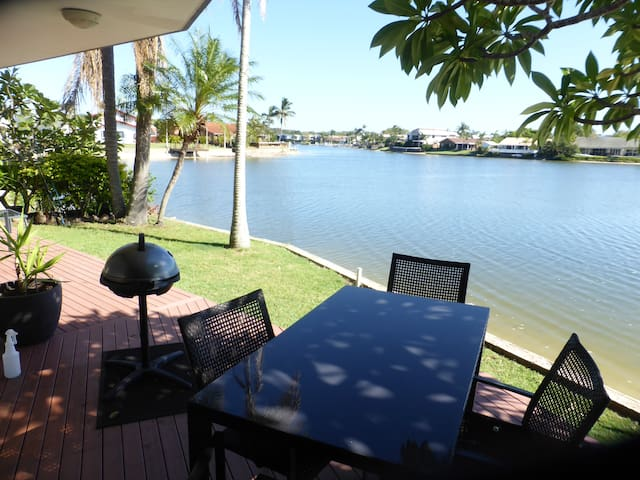 A large unit overlooking a canal. - Mooloolaba - Apartamento