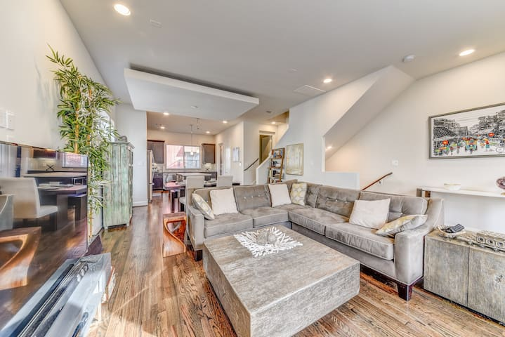 Private Room + Rooftop Deck in trendy townhouse