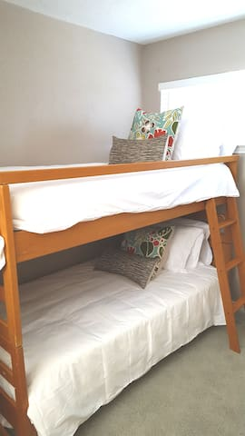 3rd Story loft (twin bunk beds - brand new resort quality bedding)