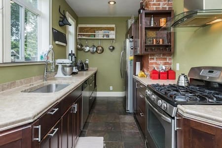 Gorgeous Home With Sauna Sleeps 7 - Des Moines