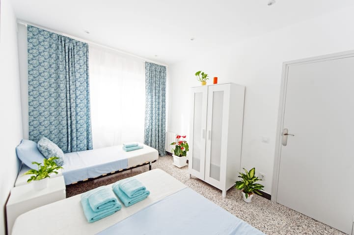 Sunny room for three! 15 min to the beach! - Barcelona - Apartament