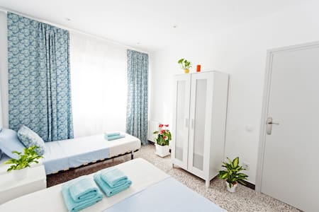 Sunny room for three! 15 min to the beach! - Barcelona - Apartment