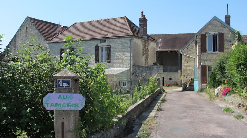 Lézinnes : Chambre en  ferme bourguignonne -1-