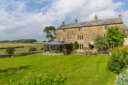 Cotswold farmhouse views + hot tub - Hawling