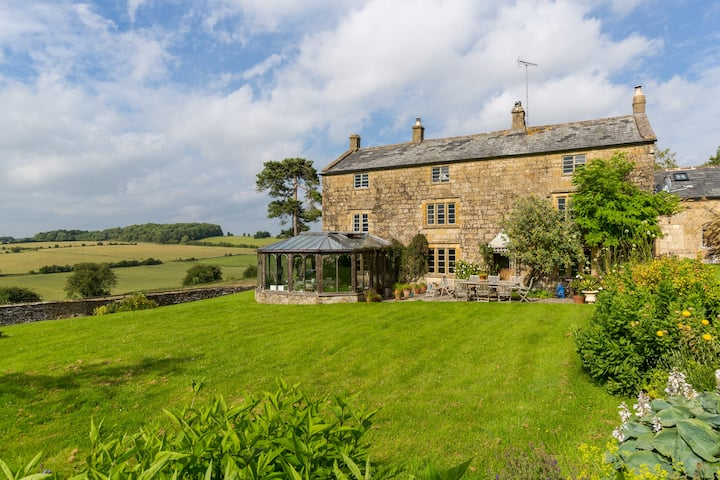 Large  Cotswold Farmhouse + Garden+ Views+Tub