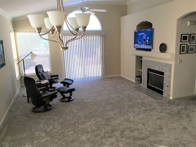 Spacious living room, 2 comfortable Stressless chairs, smart TV.