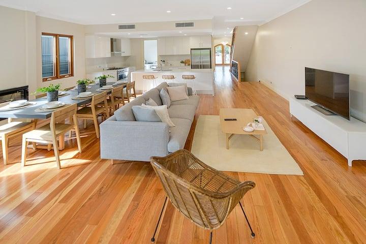 ARIA HOUSE, Minutes to Beach, restaurants & shops