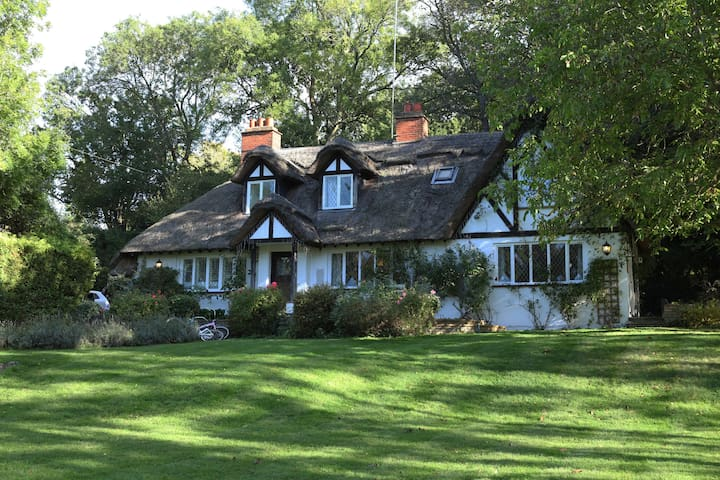 Beautiful Thatched home in Cookham Dean Berkshire,