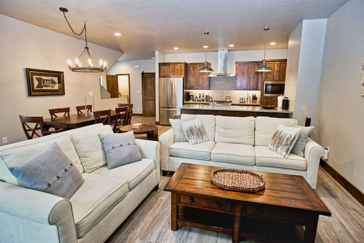 Silverpine Hideaway - Downtown Location, Walk to Shopping and Dining