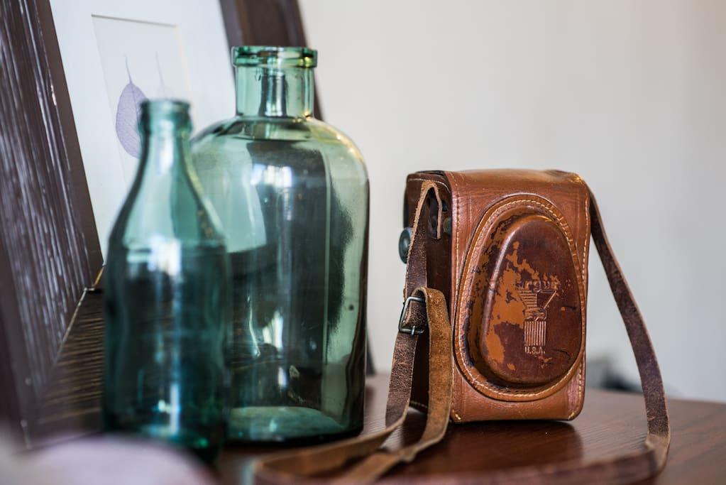 Me gustan las cosas antiguas como estas botellas y cámara de fotos
