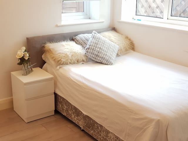 Room in Cosy Space-Great Links Heathrow&London