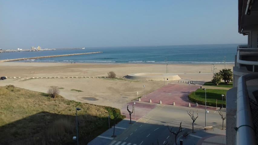 Beach front location_Ferrari Land & Port Aventura - La Pineda - Apartment