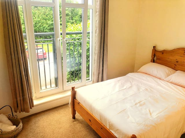 Bright Double Suite (15 min walk to town centre)