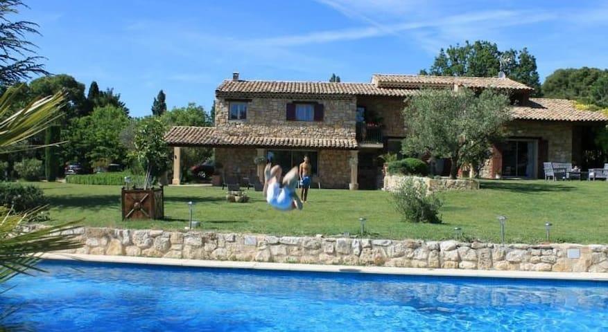 Chambre Perle dans Mas au coeur de la Provence