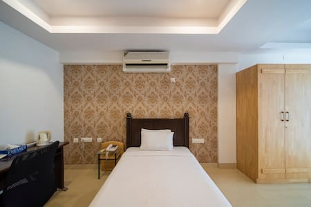 Private Room with balcony 100 mts from Indiranagar