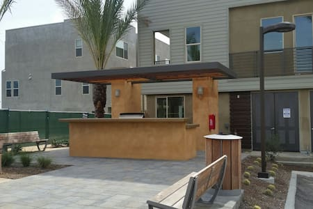 Beautiful New Townhouse with a Master Bedroom - Upland - Pis
