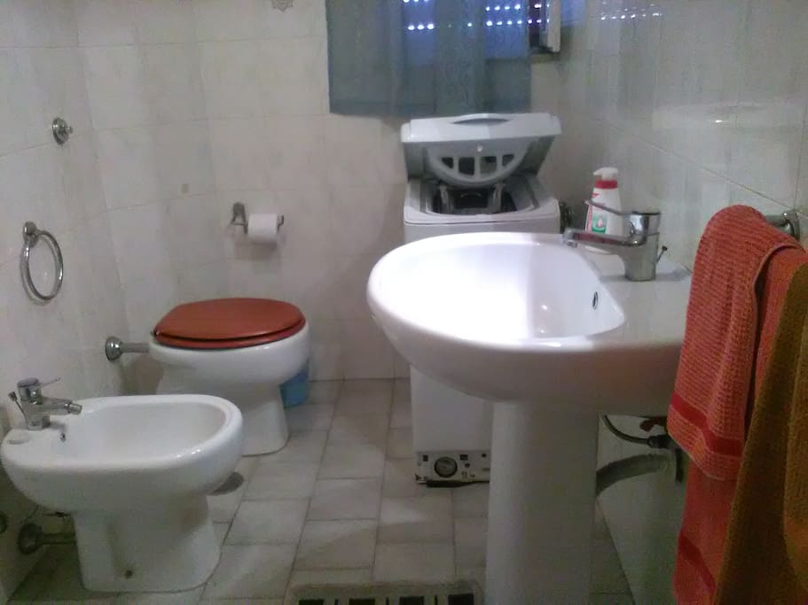 Ampio bagno completo di doccia