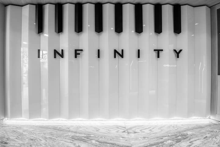 INFINITY-central luxury flat, balcony & green view