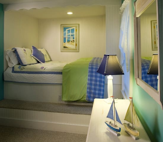 The Southwester Suite - Harbour Cottage Inn Bed and Breakfast